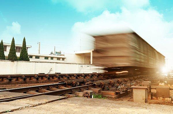 Poids lourds chargés sur un train - les services de ferroutage d'UTA présentent de nombreux avantages